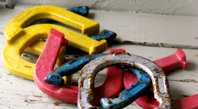 How to Play Horseshoes